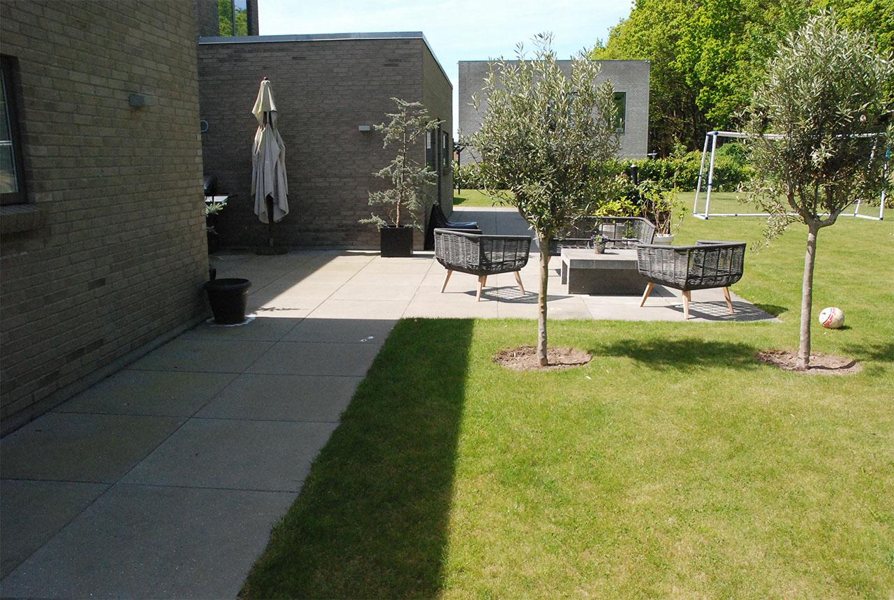 Anlægsgartner århus anlagt stor terrasse med bord og stole plus græsplæne